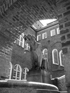 Fantasidjur (fantasy animal) by Ivar Tengbom and Ernst Torulf (1910) at the former police station, Borås